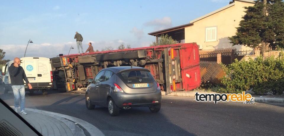 Fondi / Incidente sulla Flacca, Tir si ribalta sfiorando una villetta