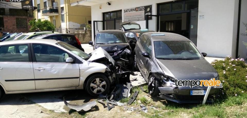 """Spigno Saturnia / Perde il controllo del mezzo e si schianta contro tre auto del salone """"SaturniAuto"""""""