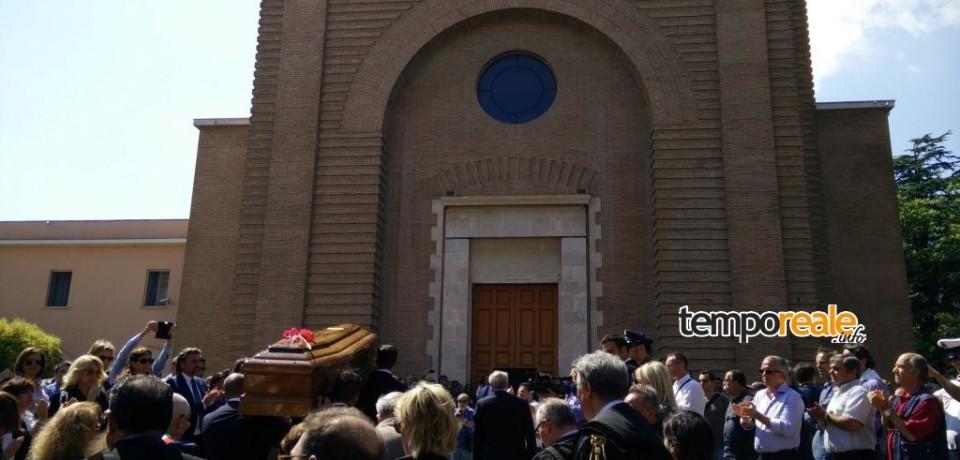 Formia / Chiesa gremita per i funerali di Mario Piccolino