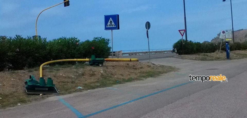 Gaeta / Crolla un semaforo a Sant'Agostino, smontati gli altri