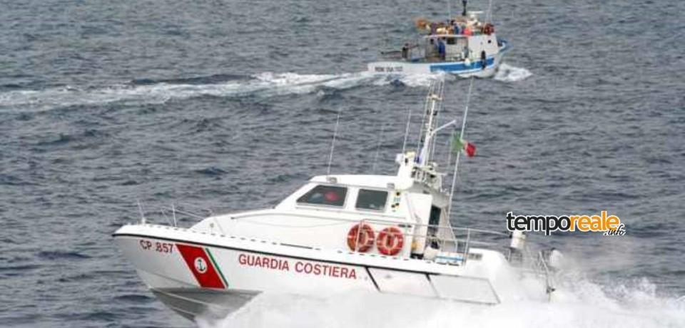 Ponza / Imbarcazione urta scoglio e affonda, salvate 5 persone dalla Guardia Costiera