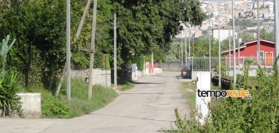 """Minturno / Via Ponte Garigliano, cittadini esasperati: """"Da anni attendiamo le fogne"""""""