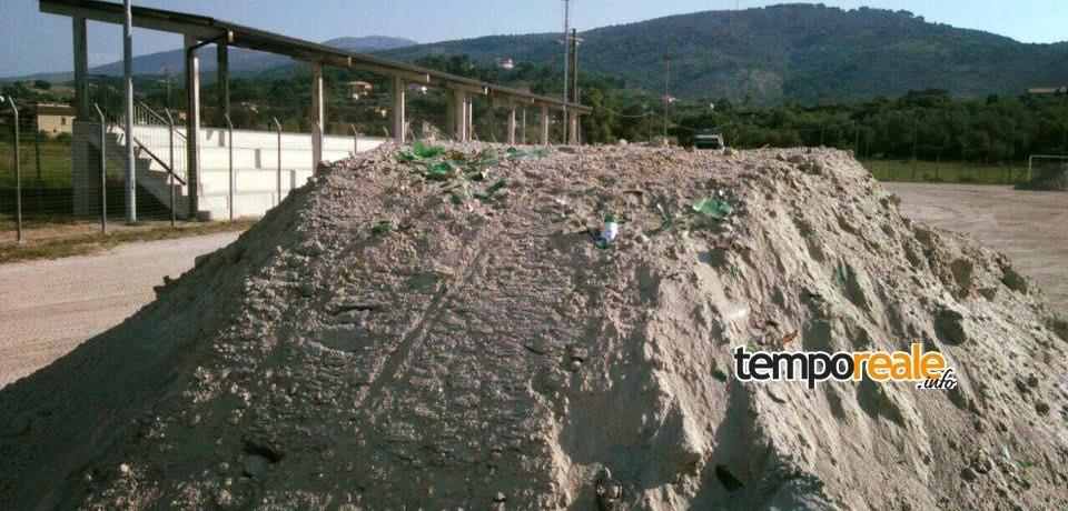 Santi Cosma e Damiano / Atto vandalico al campo sportivo: mischiati frammenti di vetro alla sabbia