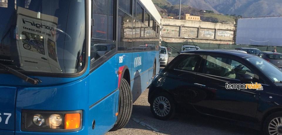 Formia / Caos al capolinea del Molo Vespucci: autobus bloccati dal parcheggio selvaggio