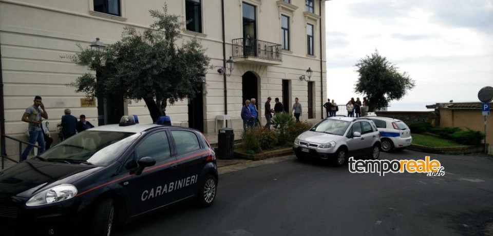 Minturno / Protesta in Comune per gli orari di lavoro: intervengono i Carabinieri