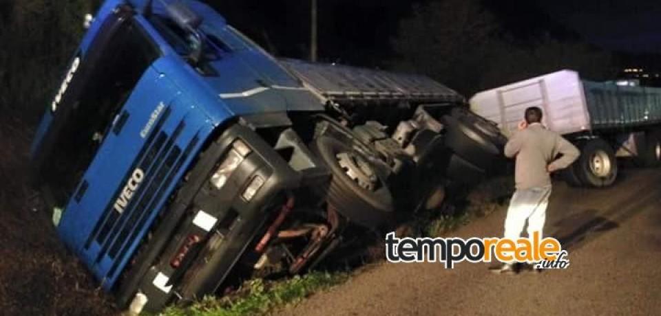 Santi Cosma e Damiano / Camion in bilico a Cerri Aprano