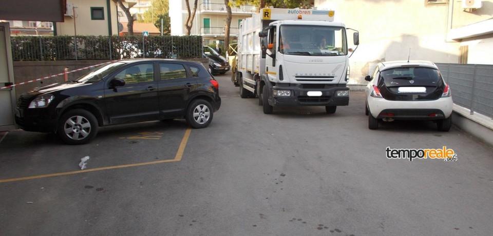 Formia / Funerale bloccato per oltre un'ora a causa delle auto parcheggiate fuori posto