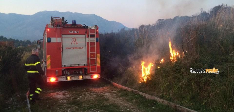 Minturno / Brucia il Monte d'Oro, vigili del fuoco in azione