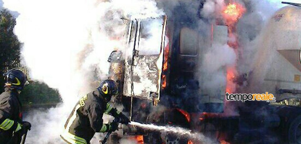 Minturno / In fiamme la cabina di un camion sulla Via Appia