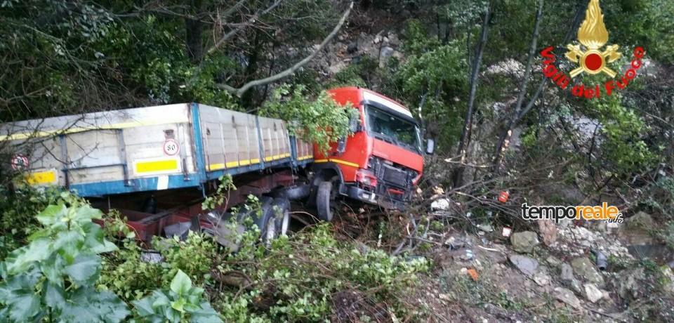 Ausonia / Tir finisce fuoristrada e precipita in un burrone sulla superstrada Formia-Cassino