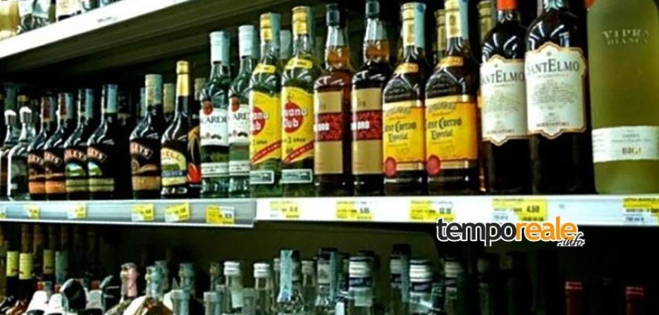 Cisterna / Ruba superalcolici in un supermercato, arrestato 21enne