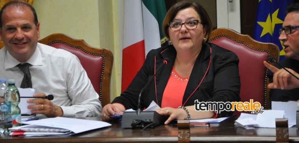 """Gaeta / Pina Rosato prima donna presidente del consiglio. Costabile consegna a Mitrano il """"tapiro d'oro"""""""