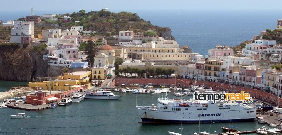 Ponza / Incidente al porto, traghetto trascina yacht