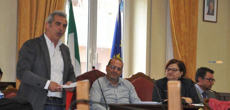 Gaeta / Consiglio, Accetta e Mitrano litigano per i manifesti mortuari