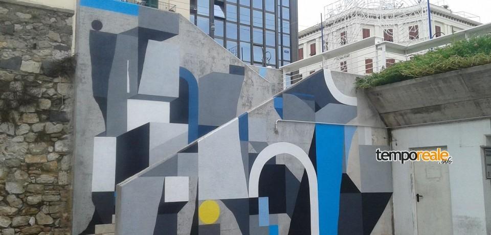 Formia / Street-art, la scalinata di Piazza Aldo Moro si anima di colori grazie all'opera di Nelio da Lione