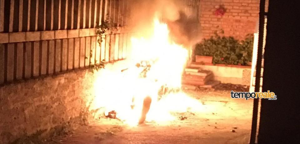 Scauri / Incendiata una moto in una traversa della Via Appia: indagano i carabinieri