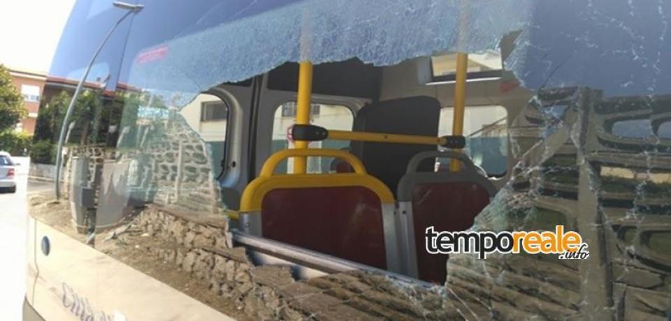 Terracina / Violenza sul bus: chiede all'autista una fermata non prevista, si infuria e rompe un vetro