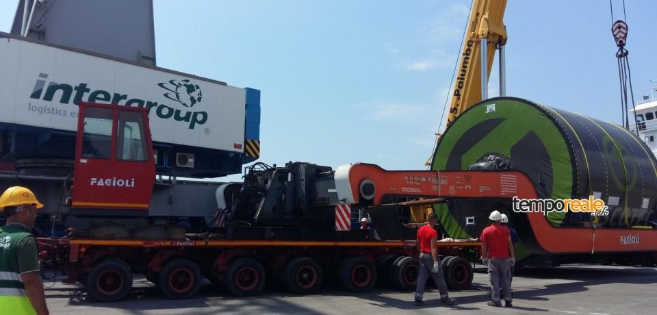 Gaeta / Arrivato gigantesco boiler da 130 tonnellate, spettacolare operazione di sbarco di Intergroup