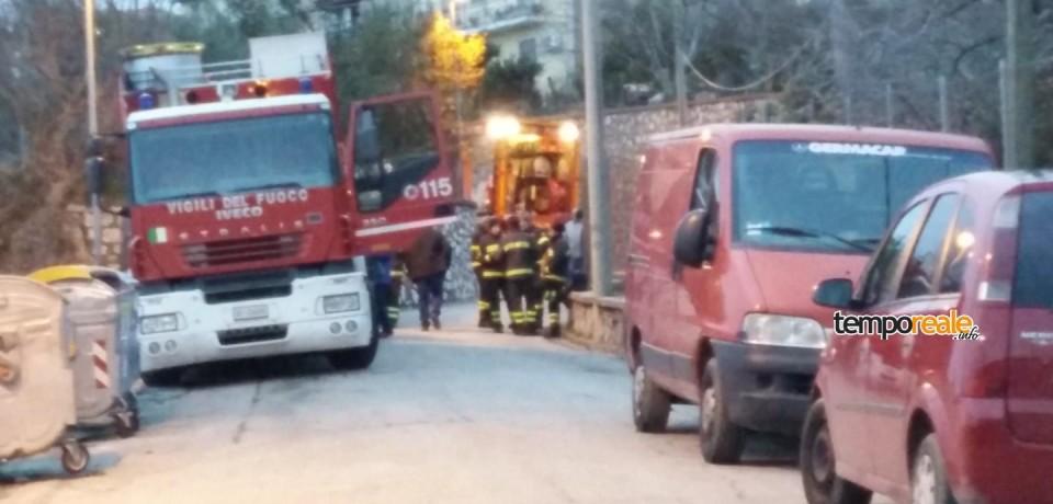 Minturno / Frana la strada, autocisterna in bilico a Tremensuoli