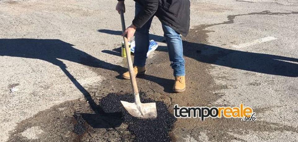 Mauro Pecchia ripara le buche al posto del comune di Gaeta