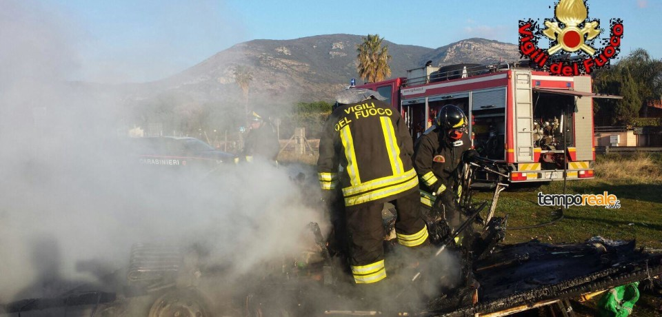 Fondi / A fuoco un camper in sosta lungo la flacca, ferito il proprietario