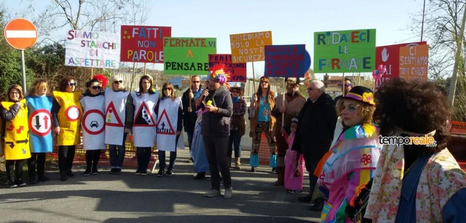 Formia / Carnevale di protesta a Penitro per il cavalcavia chiuso da mesi