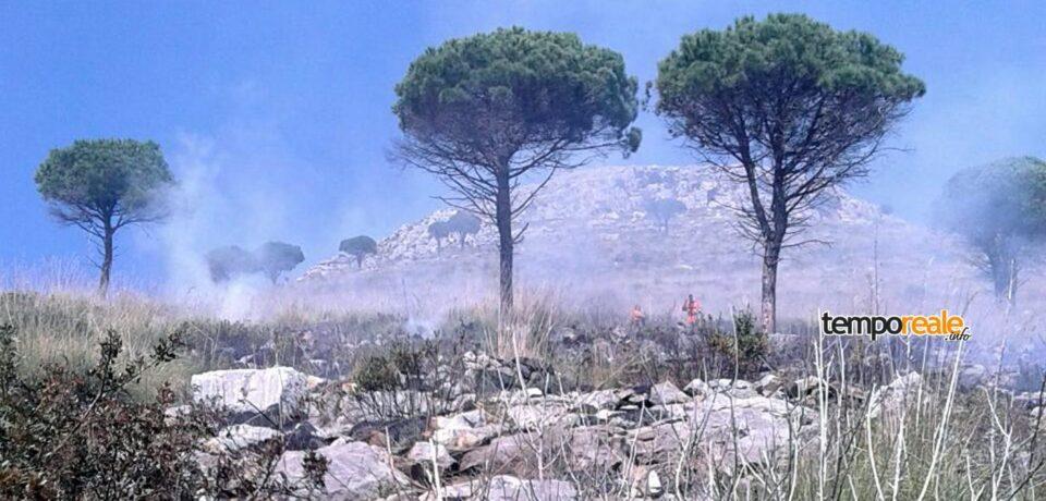 Spigno Saturnia / Vasto incendio sulle colline, intervenuto anche un elicottero regionale