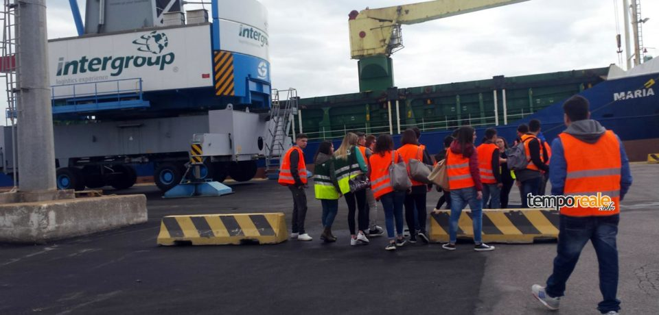 """Gaeta / Porto a porte aperte: studenti del """"Caboto"""" in visita alle banchine di Intergroup"""