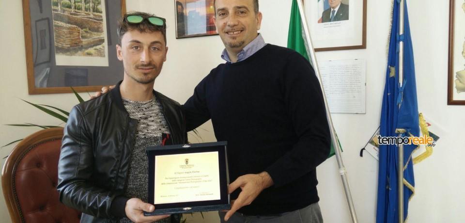 Minturno / Il sindaco Stefanelli consegna una targa al fotografo Angelo Farina