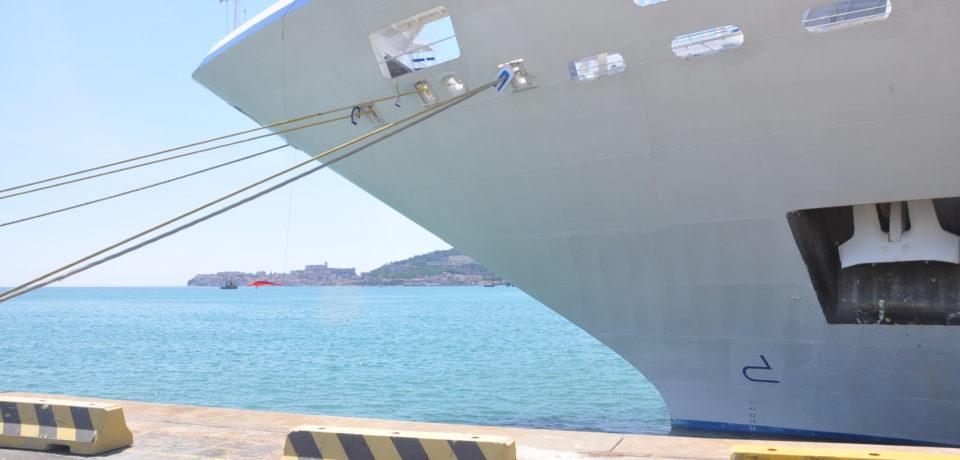 """Giro intorno al mondo, la nave da crociera """"Insignia"""" sosta a Gaeta"""