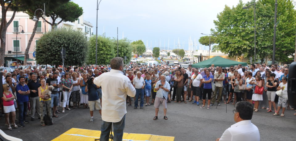 """Gaeta / In centinaia in piazza contro Acqualatina. """"Vergogna per chi non c'è"""" (video)"""
