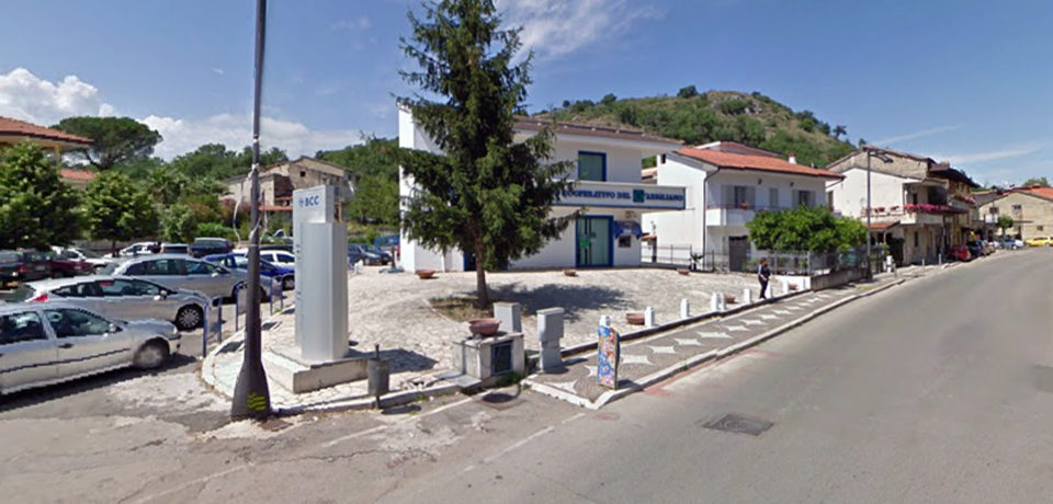 Santi Cosma e Damiano / Rapina alla BCC, ferite tre persone: bottino da 30mila euro