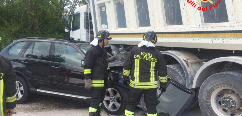 Ausonia / Scontro tra auto e camion sull'Ausente, tre feriti