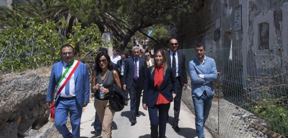 Ventotene / Franceschini e Boschi inaugurano l'elisuperificie di Santo Stefano (video)