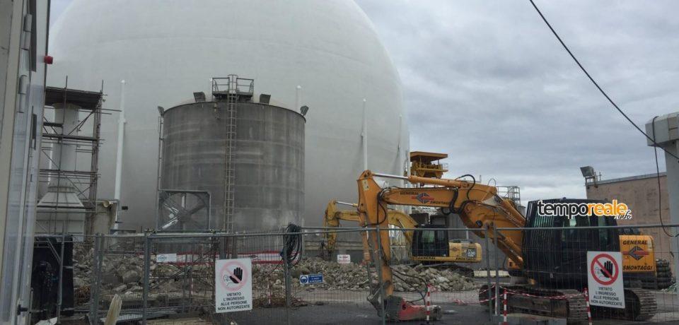 Nucleare, smantellato il camino della centrale del Garigliano (video)