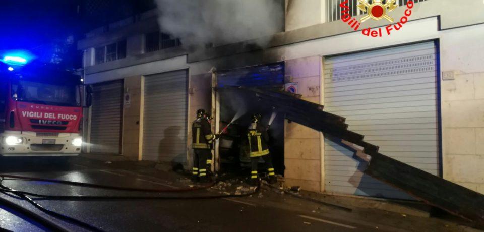Formia / A fuoco un'auto in un garage
