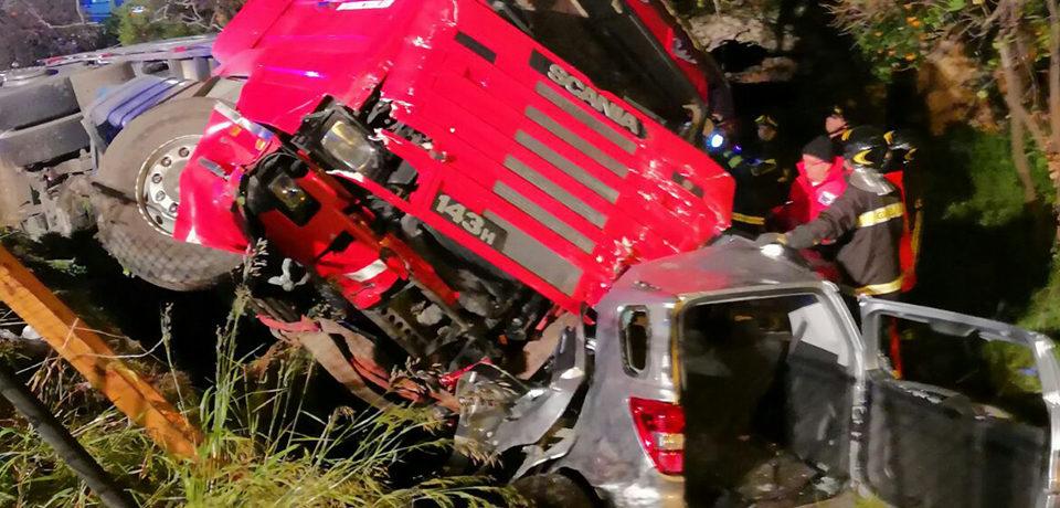 Gaeta / Incidente di fronte l'Italcraft: scontro tra tir e auto. Tre feriti e un morto