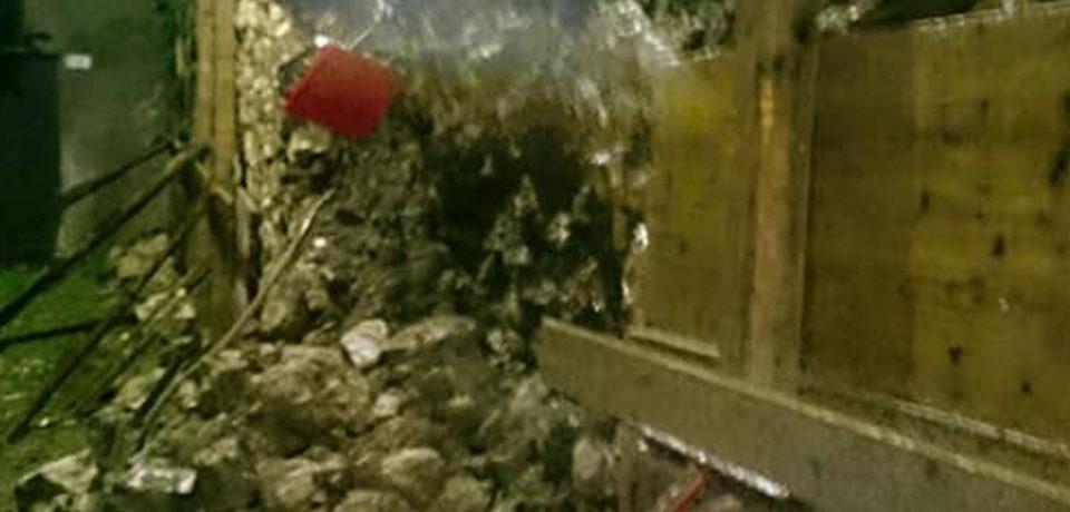 Maltempo, a Minturno crolla un muro nel centro storico e si aprono voragini nelle strade