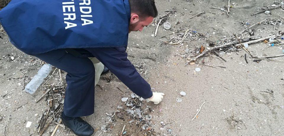 Gaeta / Dischetti di plastica in spiaggia, provengono da depuratore alla foce del Sele
