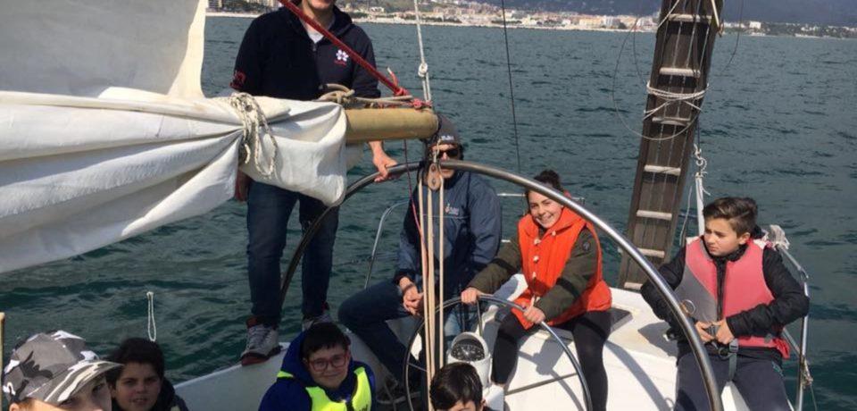 """Minturno / """"A vela con l'Ammiraglio"""": una giornata in barca per i bambini dell'IC Sebastiani"""