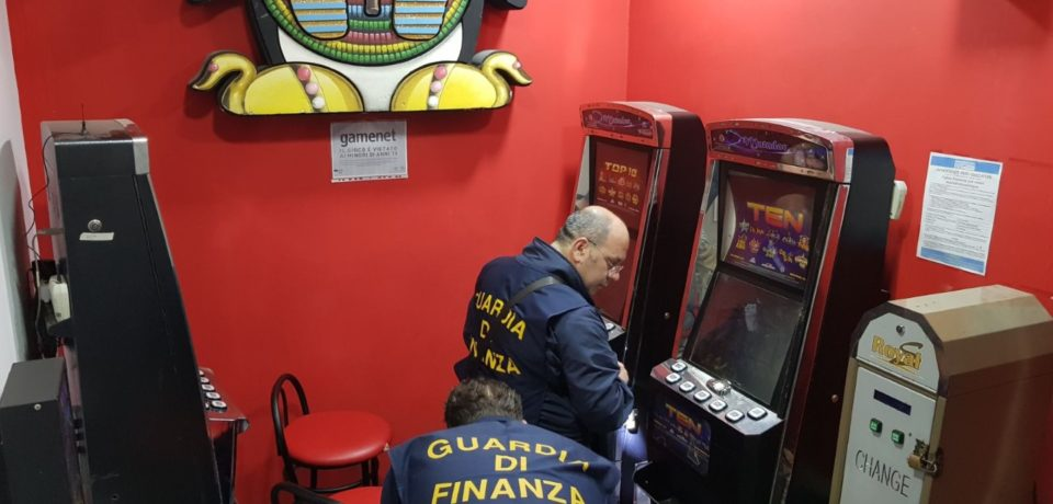 Camorra, sequestrate 130 slot machine e arrestate 11 persone affiliate al Clan Belforte (video)