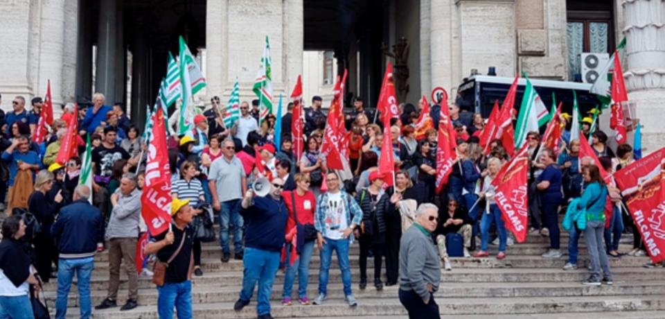 Latina / Addetti alla pulizia scuole senza stipendio, confermato sciopero generale