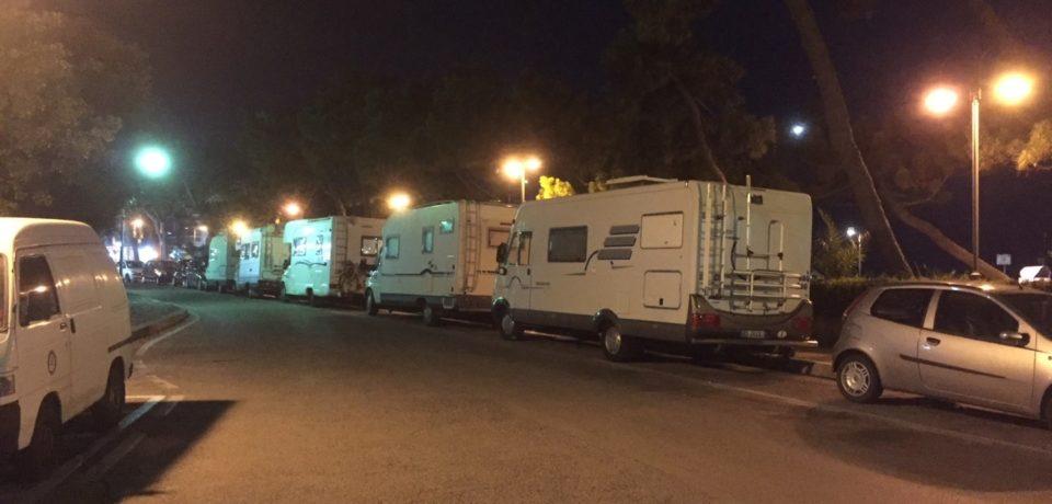 Camper parcheggiati senza alcun controllo a Scauri