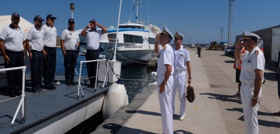 Isole pontine / L'Ammiraglio Ispettore Capo Giovanni Pettorino visita gli uffici del Compartimento marittimo