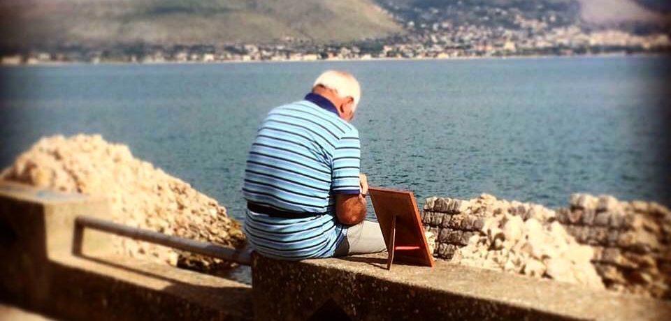 Gaeta / Porta la foto della moglie al mare: il gesto d'amore che ha commosso il web