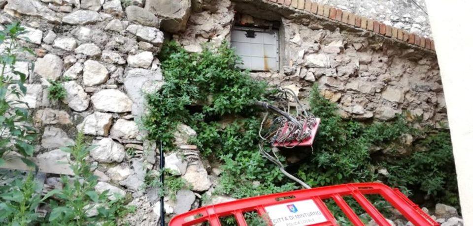 Minturno / Muro crollato in Via Sinicata: dopo 7 mesi permane il degrado
