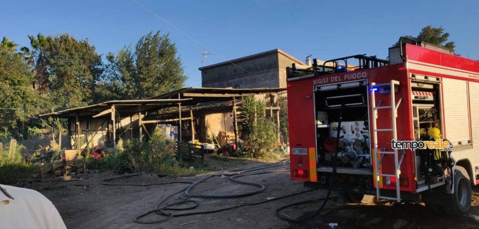 Scauri / A fuoco un capannone agricolo e discariche abusive