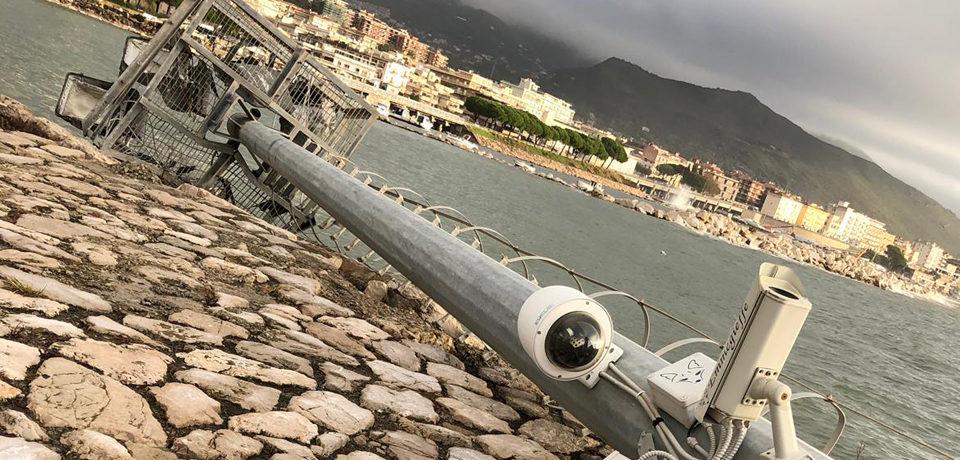 Formia / Maltempo, crolla la torre faro al Molo Azzurra per il forte vento