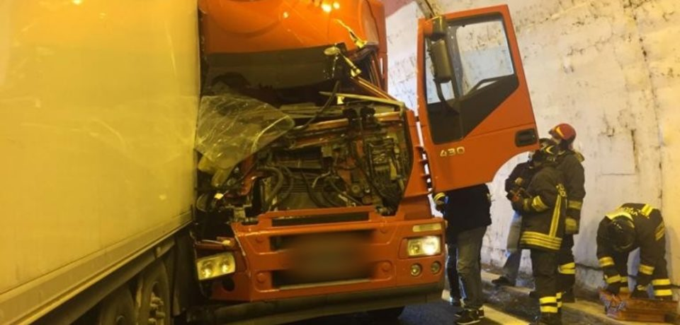 Terracina / Incidente sotto la galleria, scontro tra tre tir e un'auto