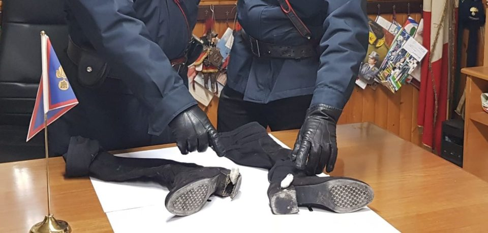 Fondi / Nascondeva eroina nei tacchi degli stivali, arrestata una donna